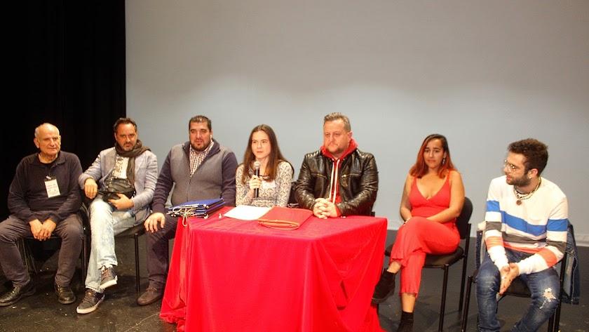 El jurado del Concurso de Carnaval, con su presidente, y la secretaria del jurado junto al presidente de FEMACA.