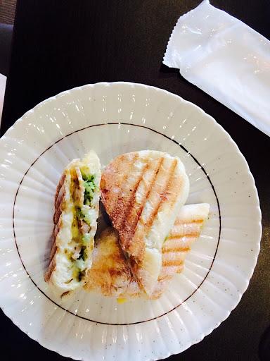 真的很好吃,店家親切熱心也很有耐心,會再來! 松阪豬肉有彈性,雖然有起司,但帕尼尼吃完負擔不大,是不你不重口味的好吃帕尼尼! 加上69元百元飲料任選或濃湯