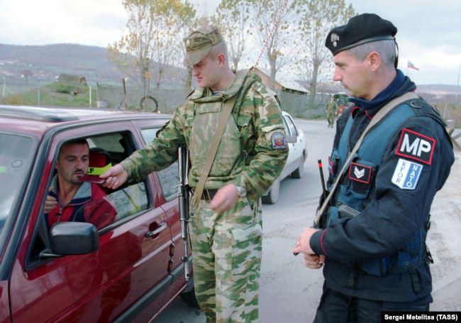 Проверка документов на сторожевом посту, через который проходит пассажирский и грузовой поток в сторону аэродрома Приштина.