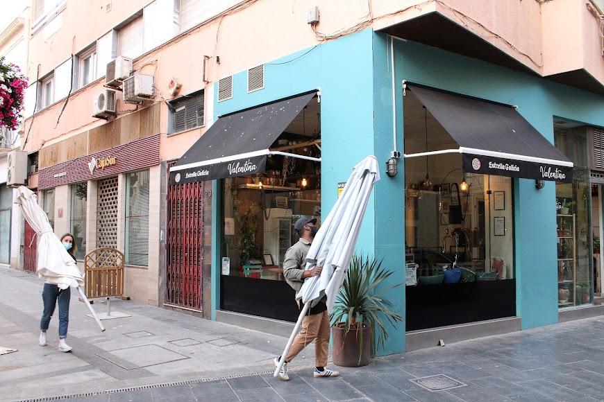 Valentina, en calle San Franisco, ultimando el cierre.