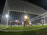 🎥 Bijna held van de ploeg: doelman trekt mee naar voor in blessuretijd maar kopt op de lat