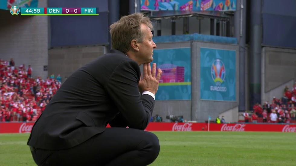 El seleccionador danés, pensativo en la zona técnica.