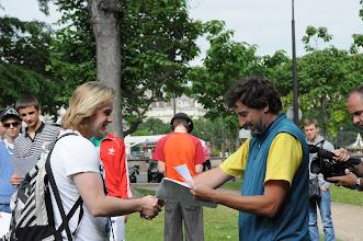 Photo: Je středa ráno 27. června 2012. Nacházíme se pod Eiffelovou věží, kde došlo na zhodnocení školního roku 2011/2012 a předání vysvědčení za tento školní rok. Hezké léto, Marceli.