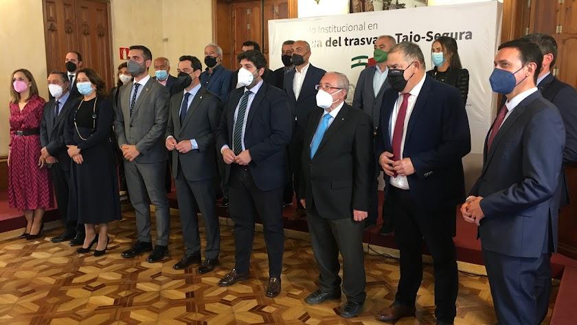 Representantes institucionales junto a los de agricultores y regantes de Almería