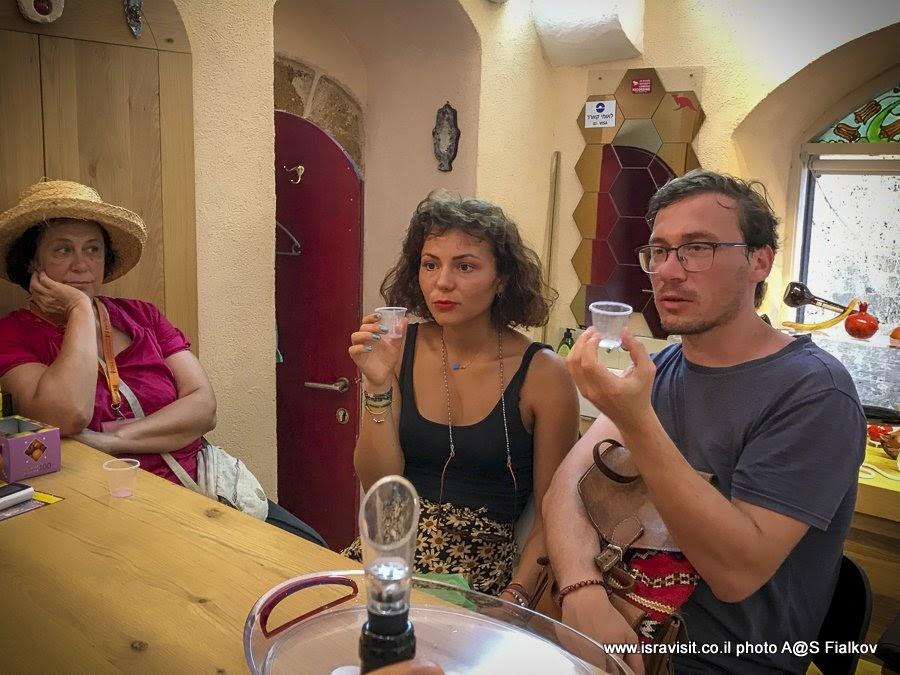 Дегустация гранатовых вин в винном бутике во время экскурсии в Старом Яффа с гидом Светланой Фиалковой.