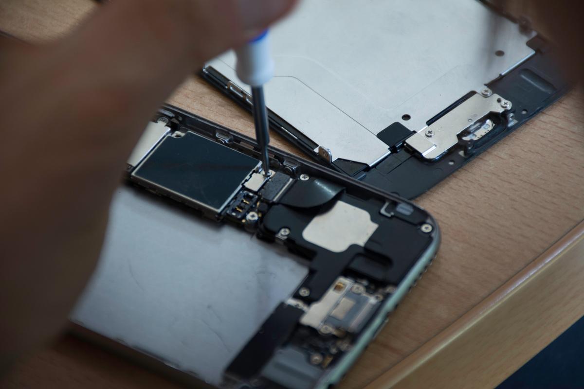 Smartphone Repair Workshop at Greenpeace Mexico. © RIcardo Padilla Roman / Greenpeace