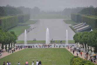 Photo: Průchod od fontány Latone (Bassin de Latone) k fontáně Apollonově (Bassin d'Apollon) tvoří tzv. Zelený koberec (Tapis Vert) dekorovaný vázami a sochami. Celému tomuto prostranství se říká Sluneční osa (Axe du Soleil). Za Apollonovou fontánou začíná Velký kanál (Grand Canal), po kterém je možné se projet na lodičce.