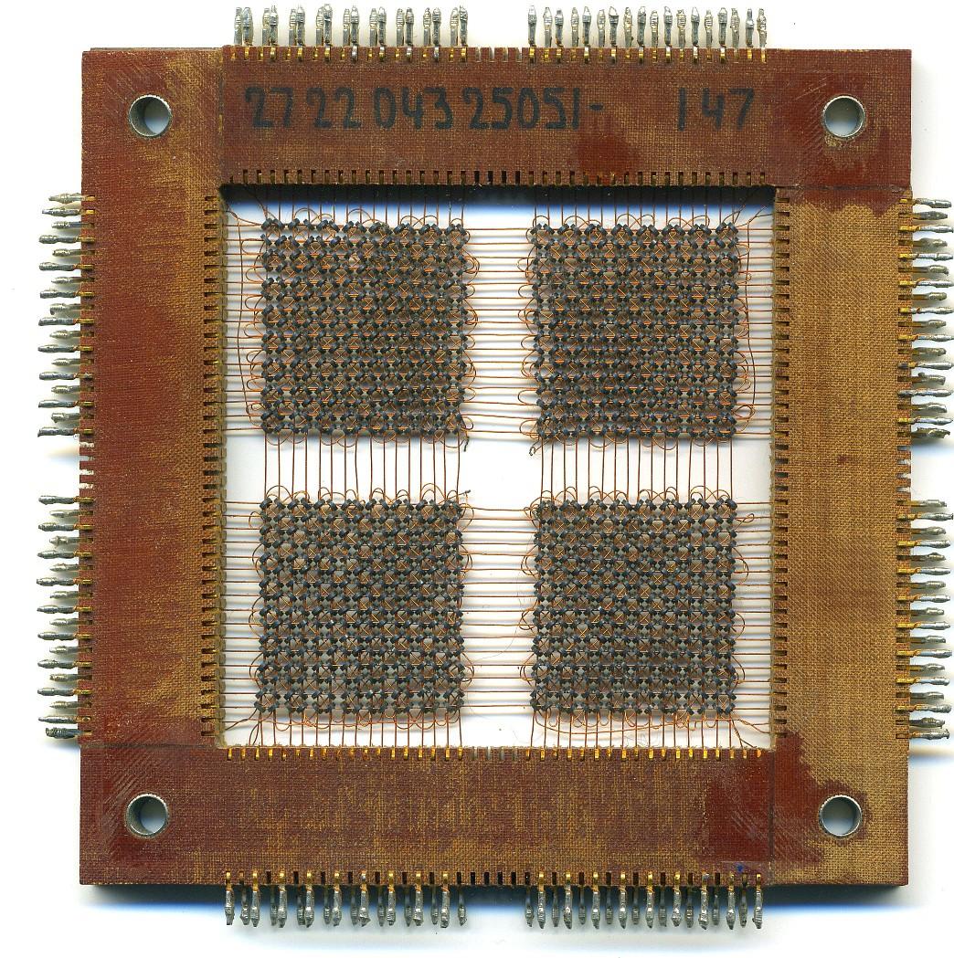 Photo: Matriu de memòria (PHILIPS-ELCOMA) de ferrita: 16x16x4 bits (128 bytes) Utilitzada per el 'factor P' com a 16 registres de 16 dígits decimals, que no perdien el seu contigut al apagar la màquina!