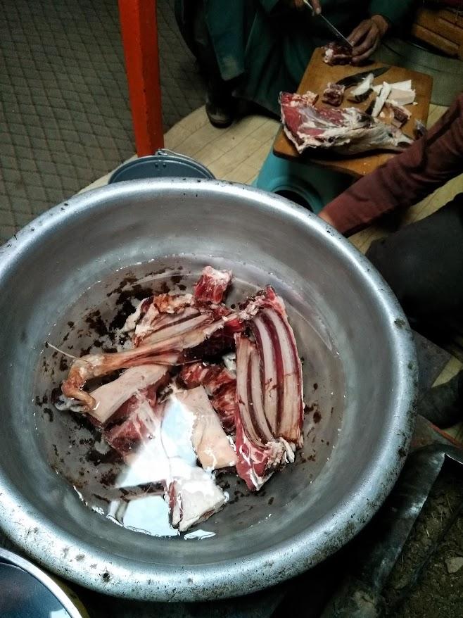大鍋に入った羊肉