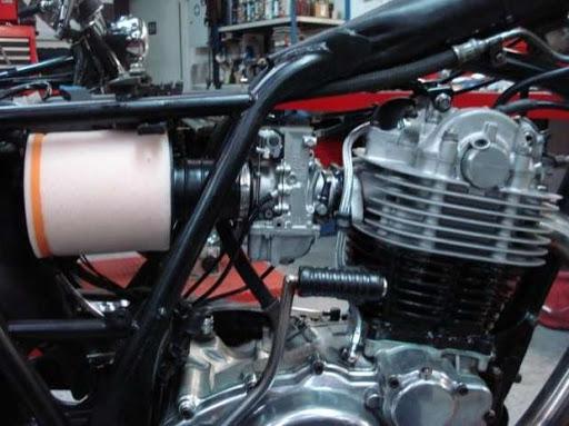 filtre à air et carburateur Mikuni sur une Yamaha XT 500 restaurée par Machines et Moteurs
