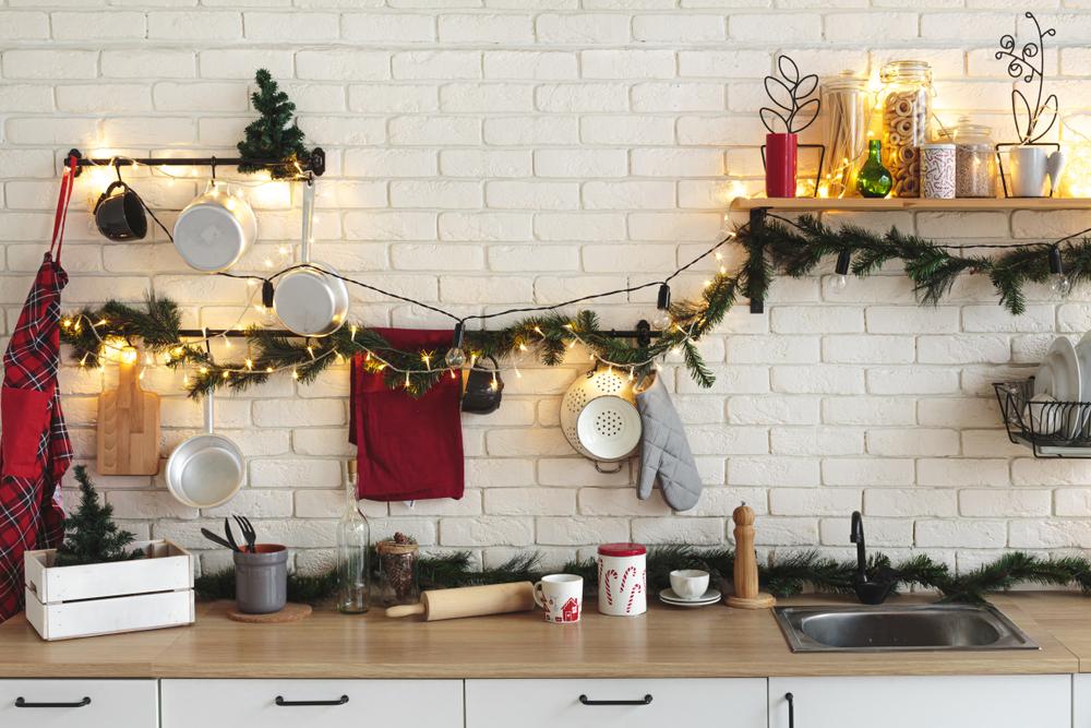 Uma cozinha decorada para o natal.