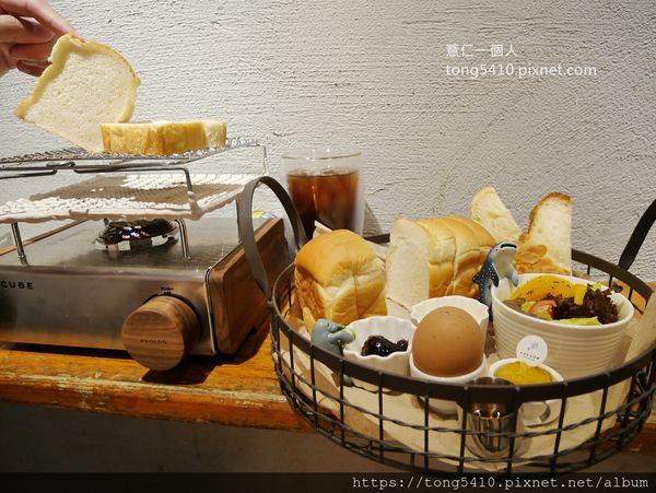 花樓follow coffee green二店。韓國超夯烤吐司機這裡也吃的到啦! 要吃自己烤。還有附奶油果醬生菜沙拉,份量大概兩人分食剛好