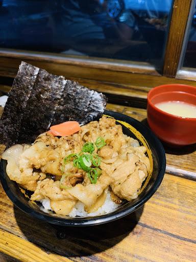 黑豚飯,豬肉片炙燒得很好吃。但是米飯有的太溼爛,有的還好,很大的敗筆。