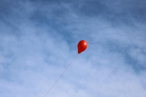 The red ballon  di Renata Roattino@jhonninaphoto