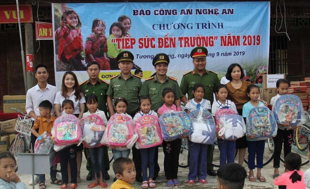 Đại diện Báo Công an Nghệ An và các đơn vị tài trợ trao quà cho học sinh nghèo