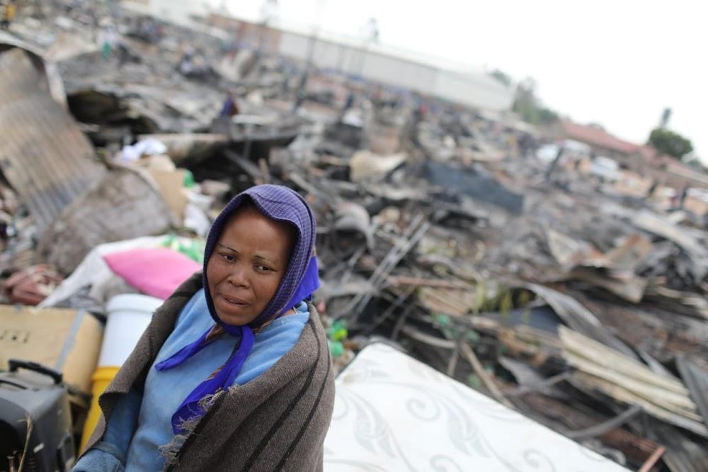 Die burgemeester belowe om Kempton Park se hutte te herbou nadat brand 900 haweloos gelaat het - SowetanLIVE