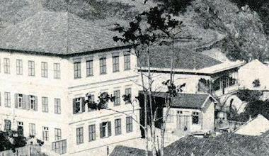Photo: Rua Monte Caseros. Em primeiro plano, à esquerda, Colégio Santa Catarina e ao lado, com varanda, a antiga casa aonde residiu e morreu o sanitarista Oswaldo Cruz. Foto sem data