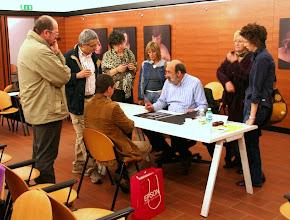 Photo: Paolo CARTAGINE legge il portfolio di Paolo Gaetano DE MAIO