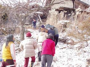 Photo: 雪の朝、葬祭場へ行くためお棺を運んでます