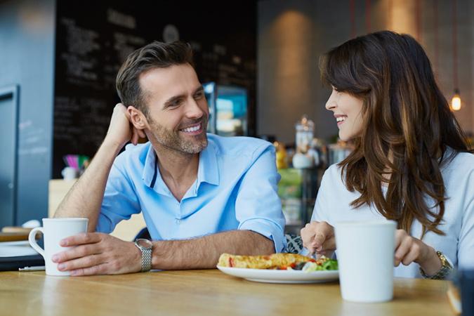 Chia sẻ những điều tuyệt vời với chàng để tạo cảm giác gần gũi