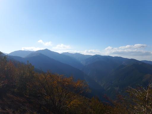 歩いてきた山々を望み下山