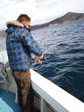 Photo: さすがのヒット!さあー、魚が水面に見えて!おおーっ、いいサイズのヒラスが・・・あああああああああああああああーっ! バレたー! 8kgぐらいは間違いなくありました! 残念!無念! ・・・みねさんいわく「ファイト雑やもん!」・・・本人いわく「ヤズって思うたもん!」