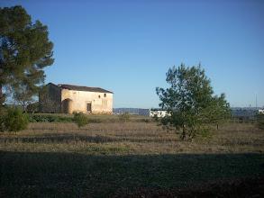 Photo: Casa del Pla de Colata, i el reixat de la pirotècnia a escassos metres.
