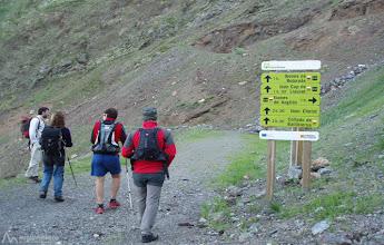 Photo: Seguimos por el GR11 dirección NO, inicialmente por un amplio camino que nos llevará al fondo del Valle de Llauset.