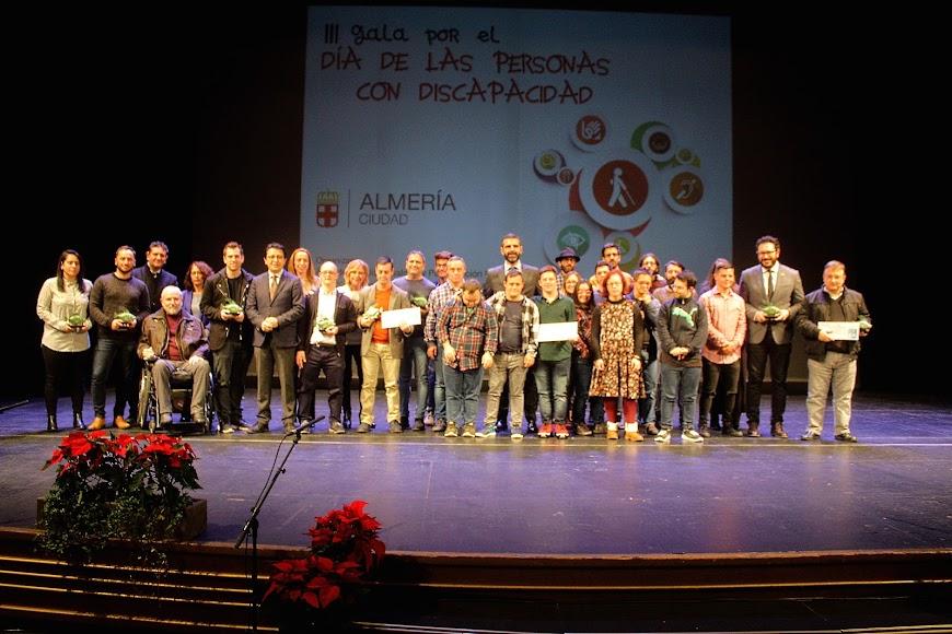 Premiados en la III Gala de Personas con Discapacidad y representantes institucionales.