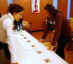 Photo: Laura MARCOLINI legge il portfolio di Ezio TURUS