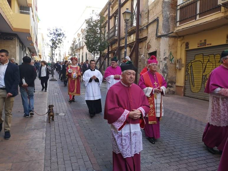 El obispo durante la procesión previa a la ceremonia religiosa.