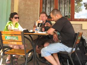 Photo: Osuszamy kolejne piwko, odganiamy natrętne cyganiątko i z smakiem spożywamy miejscowe rarytasy.