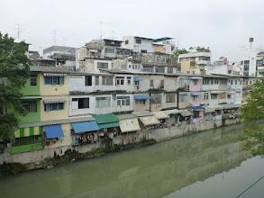 Photo: Bangkokem protéká řeka Chao Phraya, na kterou je navázaná celá síť kanálů. U jednoho z kanálů se na jednu noc ubytováváme.