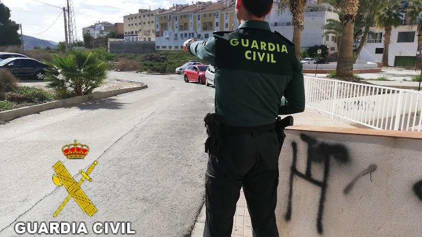 Imagen de un agente de la Guardia Civil en el municipio del Levante.