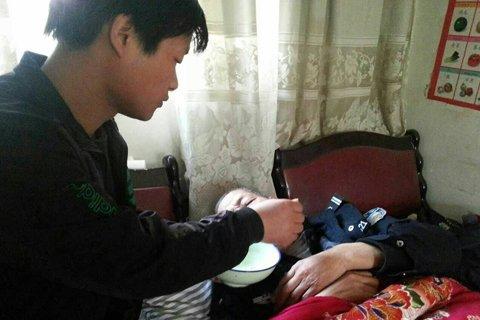 Zheng Youzhong recovering at home. (via Beijing News)