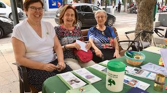 Esther Fernández, presidenta de la Amigos de Alzheimer (izq.), junto a dos voluntarias en la mesa informativa.