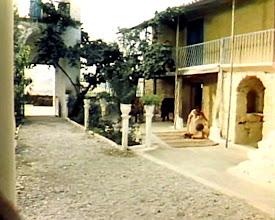 Photo: Προαύλιο και ξενώνας Ναού Παναγίας στη Βεργουβίτσα