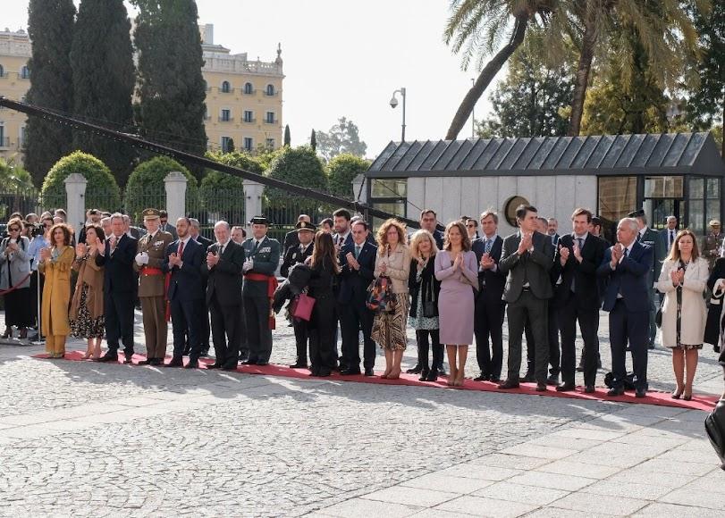 Premiados en el exterior del Parlamento de Andalucía.