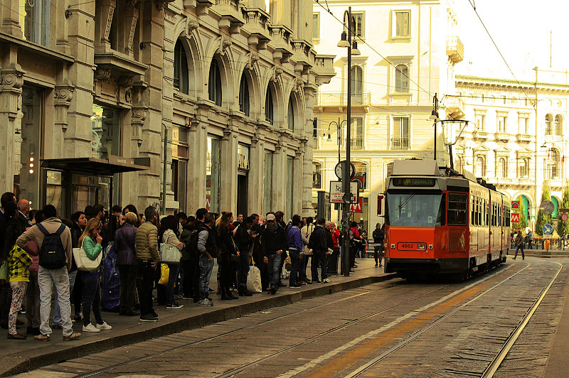 Alla fermata del tram di utente cancellato