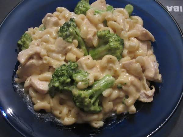 Cheesy Macaroni With Chicken And Broccoli.