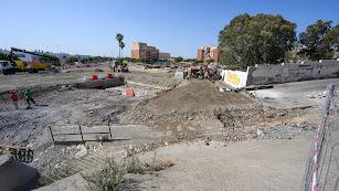 Vista general de las obras en la zona en la que se encontraba el paso a nivel que ahora desaparece.