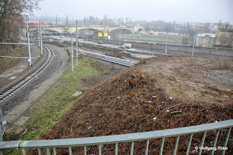 Photo: Rechts auf dem verbliebenen Kegelstumpf befand sich einmal ein Sprudler. Hinten die Fern-/S-Bahn-Brücke über den Neckar