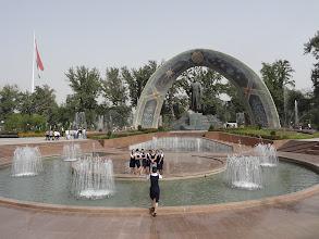 Photo: Rudaki (celým jménem Abu Abdollah Jafar ibn Mohammad Rudaki) má v parku i monument, který v roce 2008 nahradil sochu Lenina (tu naopak tádžická komunistická strana přesunula do jejich ústředí).