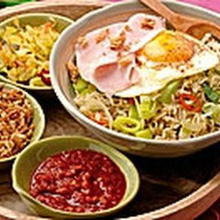 Nasi Goreng met gebakken kerrie-ei en ham