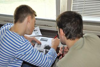 Photo: Po snídani se studenti pustili do historického testu, který měl prověřit, co vše se o československých dějinách a Ostravě dozvěděli. Na odpovědích pracovali společně ve dvojicích (Čech + Polák).