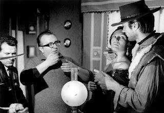 """Photo: Sergio Leone dirige Clint Eastwood e Margarita Lozano em """"Por um Punhado de Dólares""""."""