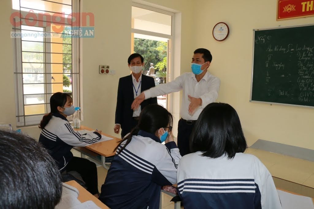 Lãnh đạo Sở Giáo dục và Đào tạo Nghệ An kiểm tra, hướng dẫn việc giãn cách học sinh tại một số trường học trong thời gian vừa qua