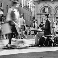 suonatore in piazza di