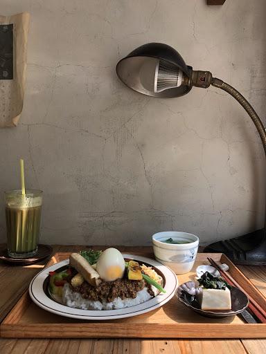 假日的早午餐, 來AFTERHOURSCAFE 吃吃吧!  位在民生社區內 淨明亮的空間 陽光 讓假日的早晨 不一樣  因為假日都睡到自然醒 所以來吃吃早午餐 準備接下來的行程吧!  假日來這人蠻多的