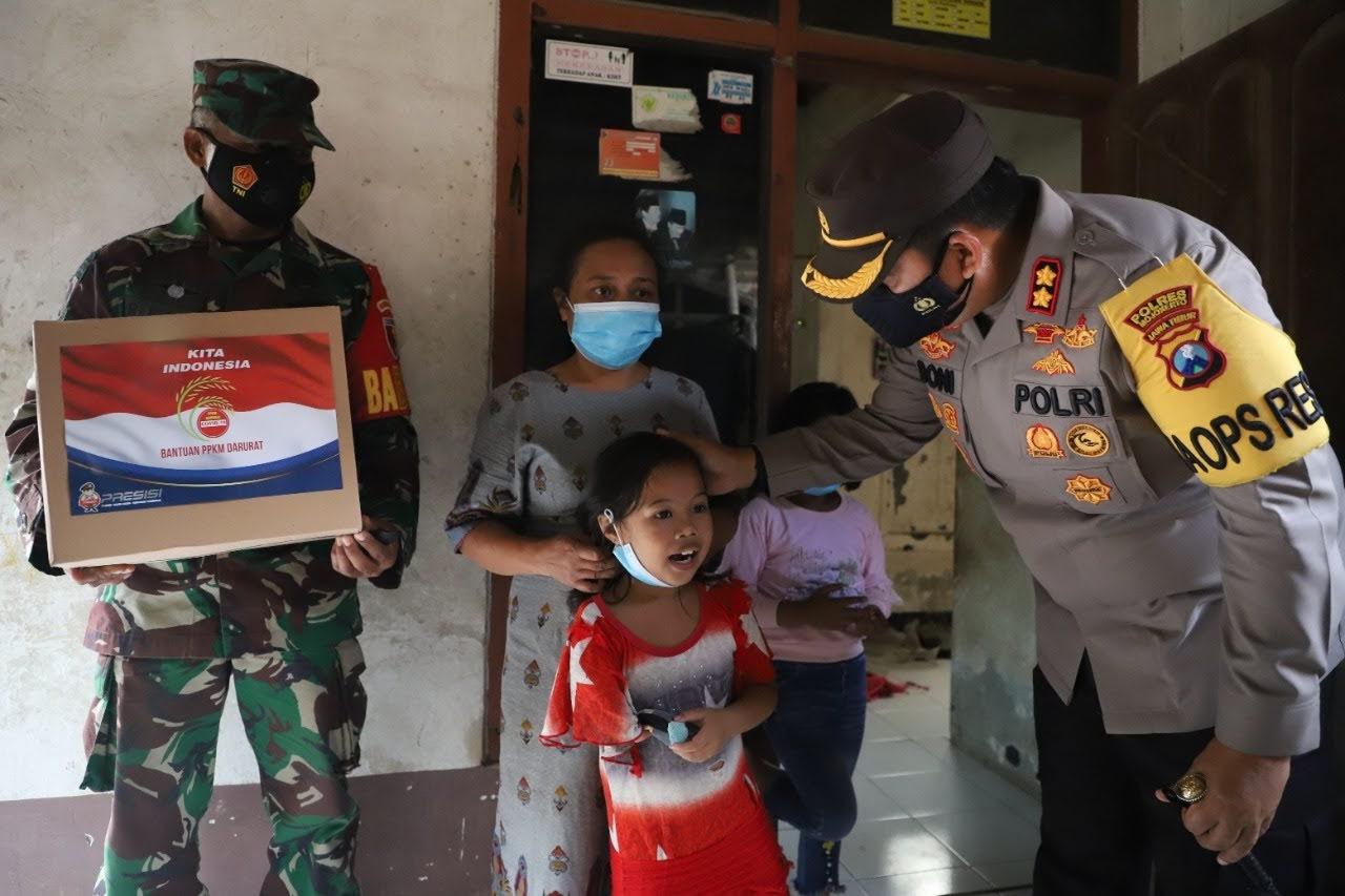 Momen Gadis Cilik Semangati Polisi-TNI yang Belusukan Bagikan Bansos di Mojokerto